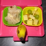"""oben links nach unten rechts (o.l.n.u.r): Brotsterne mit Camenbert, Käse-Trauben-Snack mit Giraffenspießchen, Banane mit Gesicht (""""Delphin"""")"""