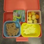 o.l.n.u.r.: Fruchtzwerg, Käsewürfel mit Physalis und Trauben, Brot in Bärchenform mit Obazta, Gurkesterne